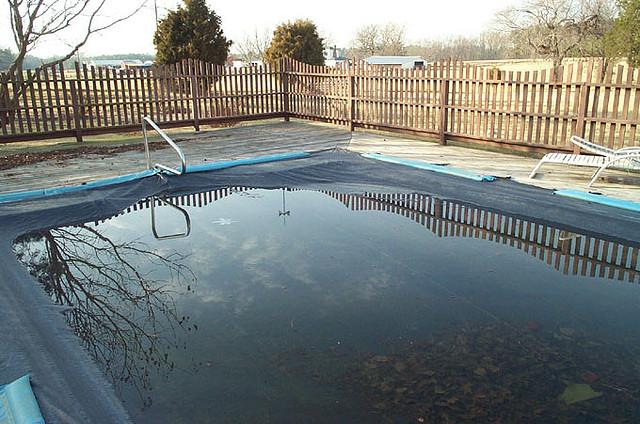Praktikus és hasznos a medence fólia használata