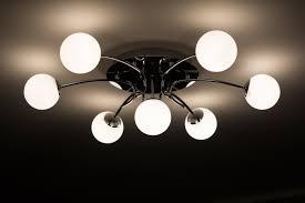 Mit kell tudni a mennyezeti lámpa fényforrásról?